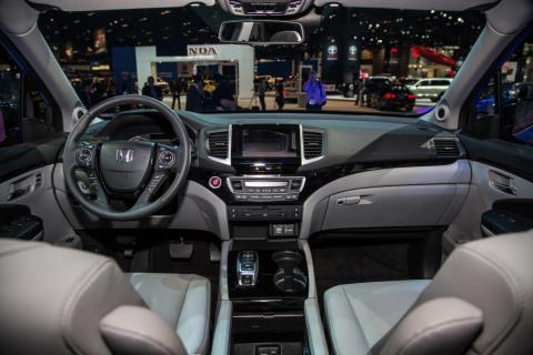 2016-Honda-Pilot-cockpit-04.jpg